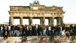 Dân Tây và Đông Berlin gặp nhau trên bức tường