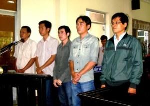 02-Nam bi can la nguyen can bo cong an truoc vanh mong ngua.