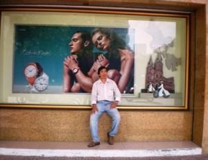 """Thanh Saigon với hoài niệm """"người xưa"""" trong ảnh quảng cáo trên vỉa hè bên hông Thương xá Tax."""