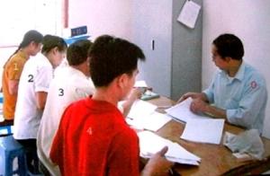 02- Tù nhân Phí Ðình Hung (bên ph_i) làm vi_c v_i các tru_ng thôn ngày 15-8-2014