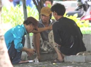 06-Ngu_i nghi_n chích ma túy công khai t_i công viên 23-9  Qu_n 1  TP HCM
