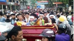 05- V_ mang quan tài di_u ph_ _ Vinh Phúc h_i tháng 3- 2013.