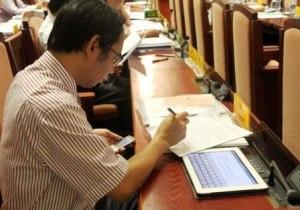 01-95 d_i bi_u HÐND Hà N_i, m_i ngu_i du_c trang b_ m_t máy tính b_ng iPad 2