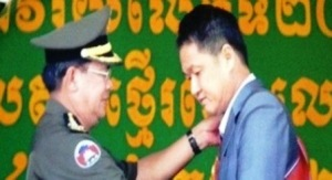 02- Th_ tu_ng Hun Sen trao t_ng Huân chuong Ð_i tu_ng quân cho ông Tr_n Qu_c H_i.