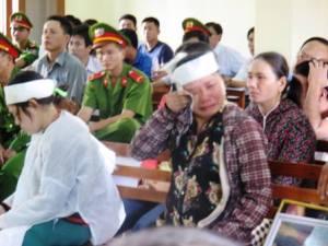 07- Quá phnbà Ngô ThTuyt (ch_ c_a b_ h_i Ki_u) òa khóc ngay t_i tòa