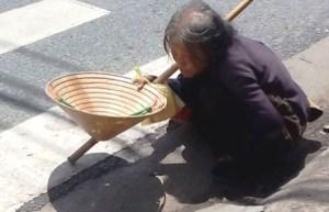 08- Bà Luong dang di an xin thue cho ngu_i chan d_t tên Thành