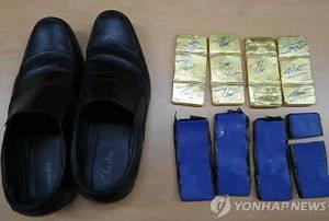 01 Vàng lậu từ Việt Nam sang Hàn Quốc giấu trong đế giày của tiếp viên