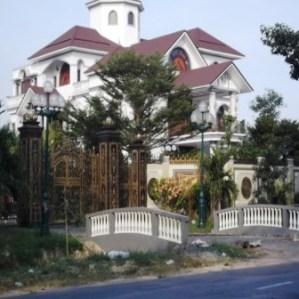 02- Căn dinh thự của ông Truyền được mệnh danh là hoa hậu xứ Dừa