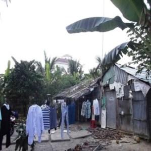 Căn nhà lụp xụp, rách nát của một người dân nghèo ngay bên cạnh dinh thự của ông Truyền.