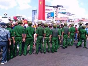 Công an Hồ Chí Minh đang làm rào cản, ngăn chặn đoàn biểu tình vì môi trường tại Chợ Bến Thành.