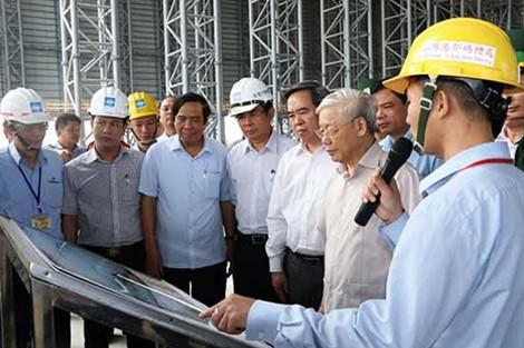 Lãnh đạo Công ty Fomorsa Hà Tĩnh giới thiệu với đồng chí Tổng Bí thư về qui hoạch cầu Cảng Sơn Dương.