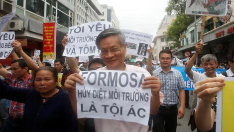 Nguyen Quang A biểu tình cá chết